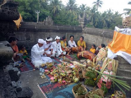 Piodalan Rahina Saraswati Ring Kantor Desa Tembok